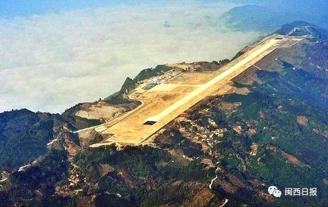 悬崖上的广西河池山顶机场