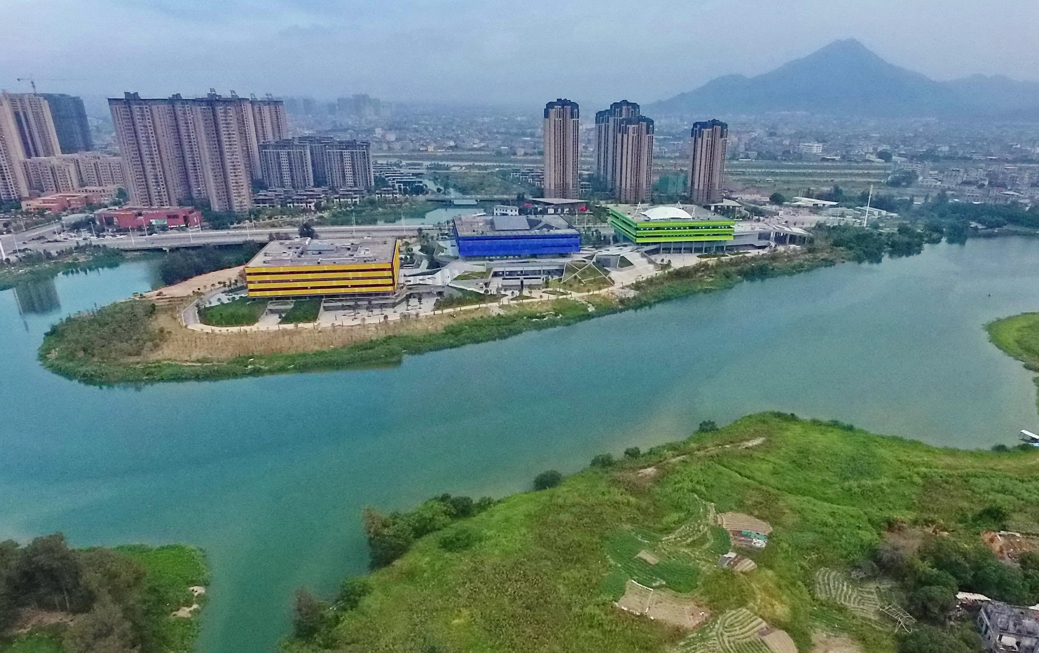这是利用木兰溪流域旧河道开挖成的人工湖——玉湖。当地在此结合周边公共绿地,建设公共建筑,实现了现代建筑与自然景观浑然一体。
