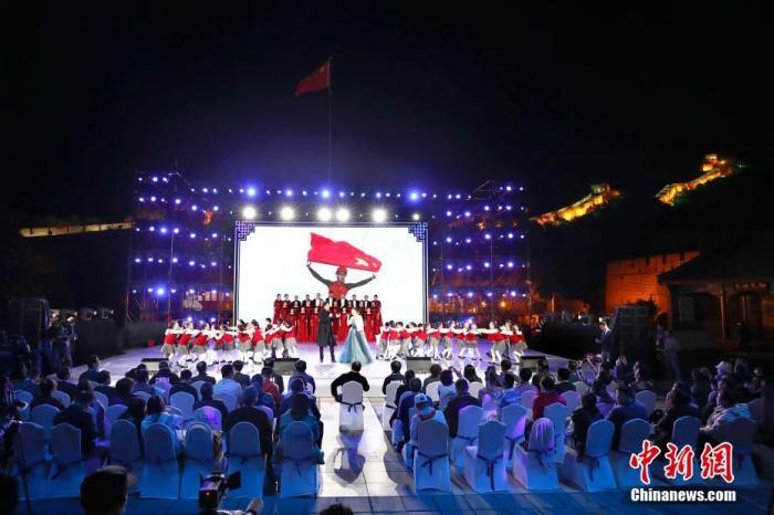 9月20日,北京冬奧會倒計時500天長城文化活動在八達嶺長城舉辦。9月22日是北京冬奧會倒計時500天,這意味著籌辦工作全面進入測試就緒階段,所有競賽場館將于今年內完工,符合測試要求,各項計劃完善定型,將進入實戰演練的關鍵時期。 <a target='_blank' href='http://www.chinanews.com/' width=