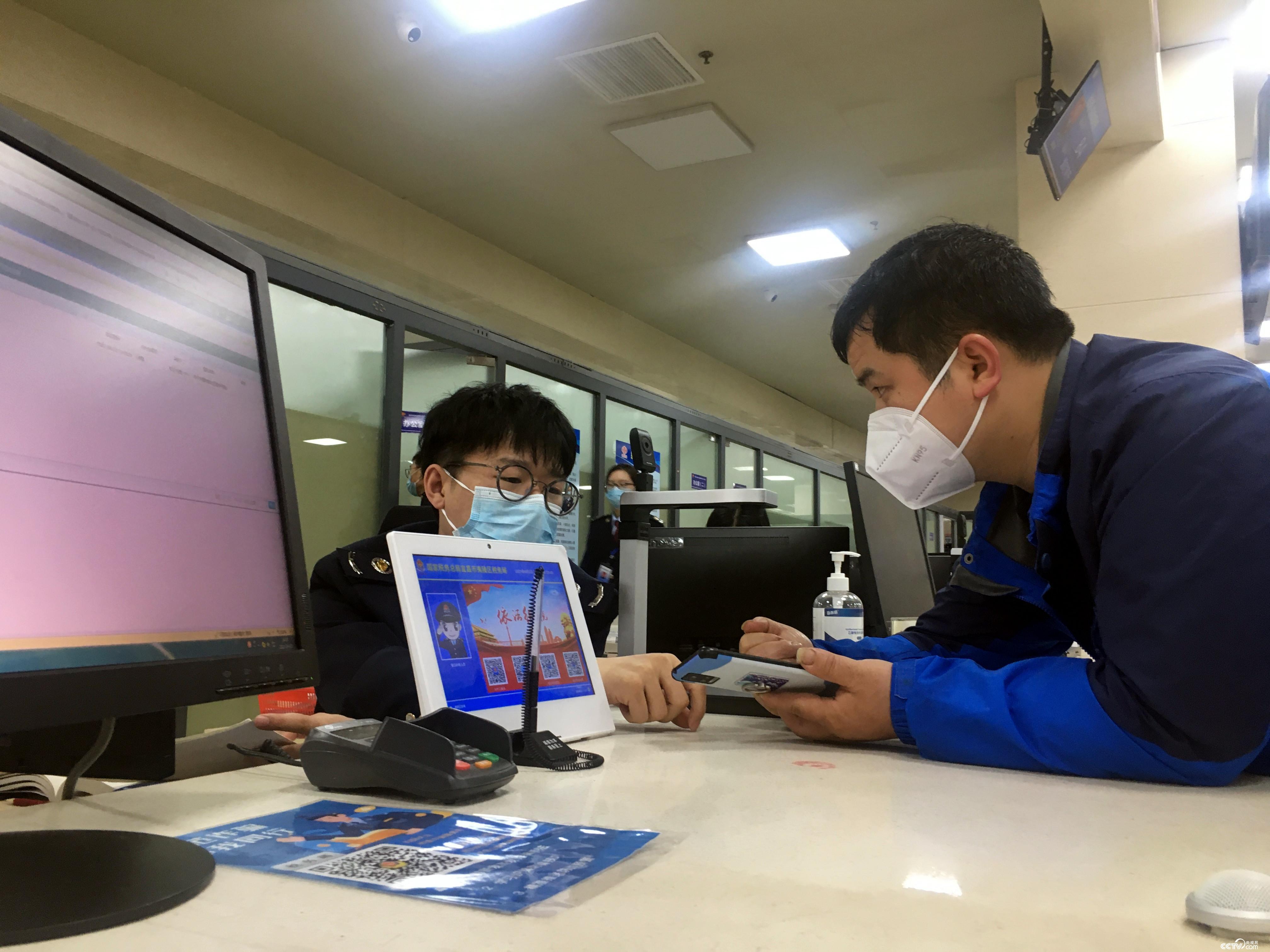 湖北宜昌市夷陵区政务服务中心内,市民向工作人员咨询相关事宜。
