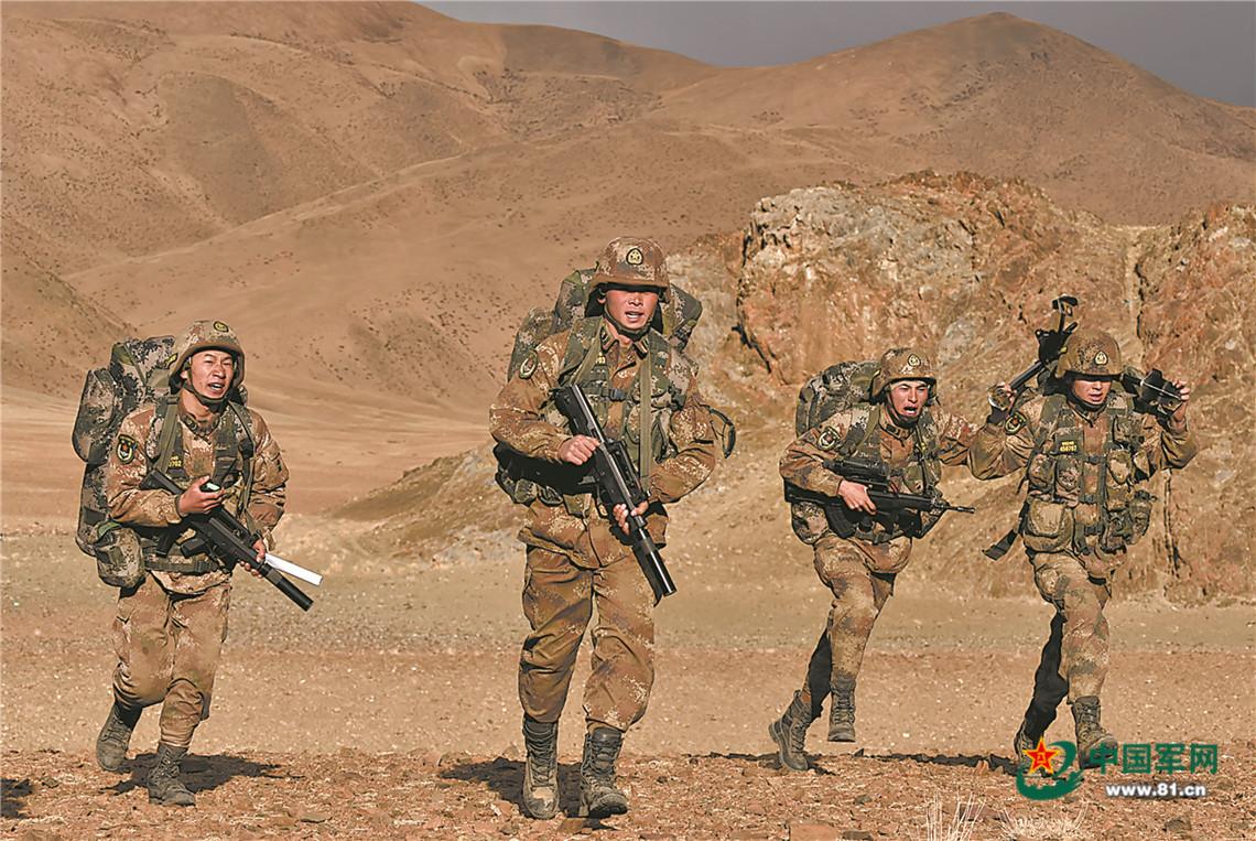 沙尘漫天,新疆军区某合成师侦察兵训练震撼来袭插图(3)