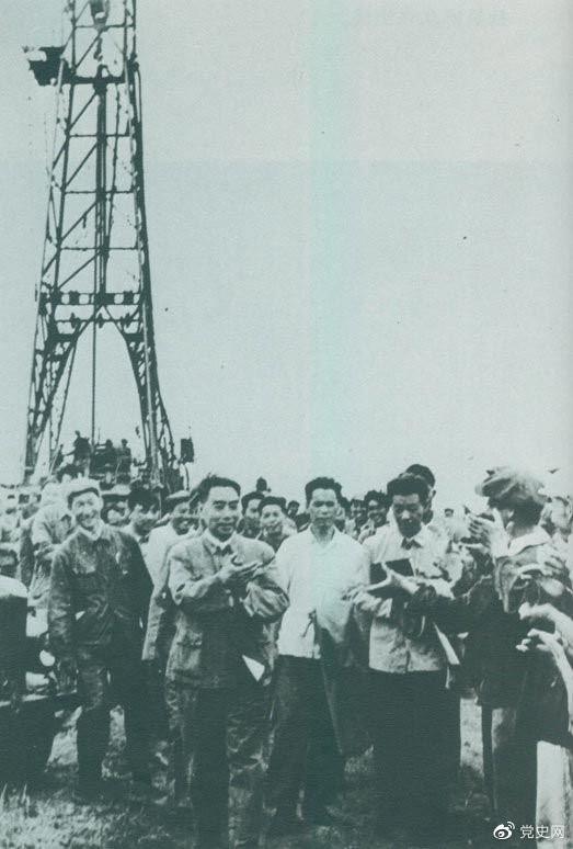 1962年6月,周恩来到大庆视察,这是在1202钻井队现场参观。