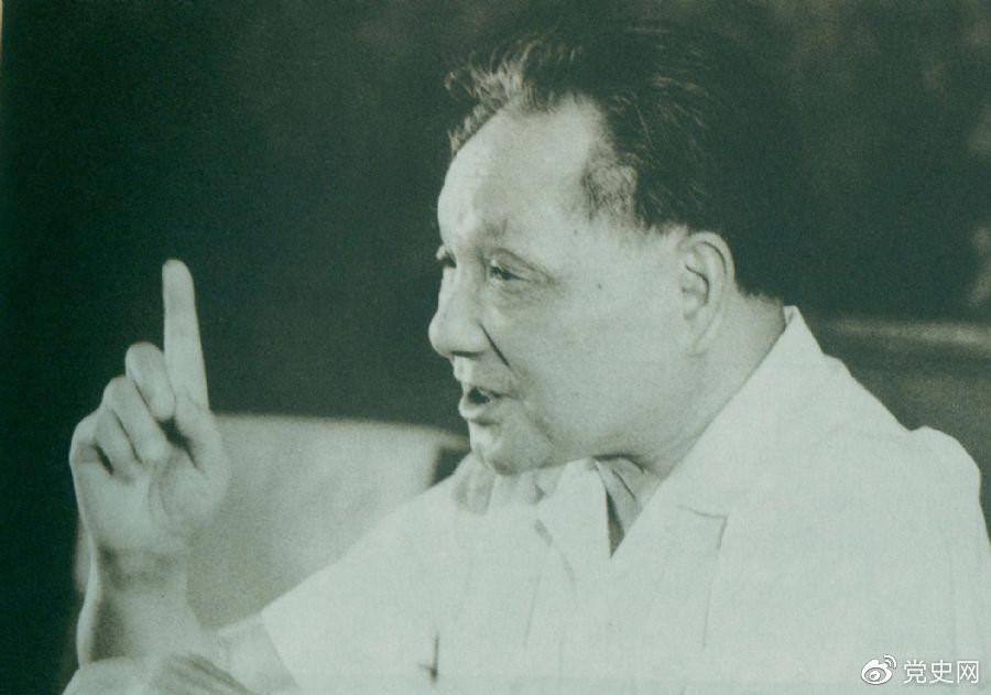 1981年6月27日,中共十一届六中全会通过《关于建国以来党的若干历史问题的决议》。图为邓小平在闭幕会上发表讲话。