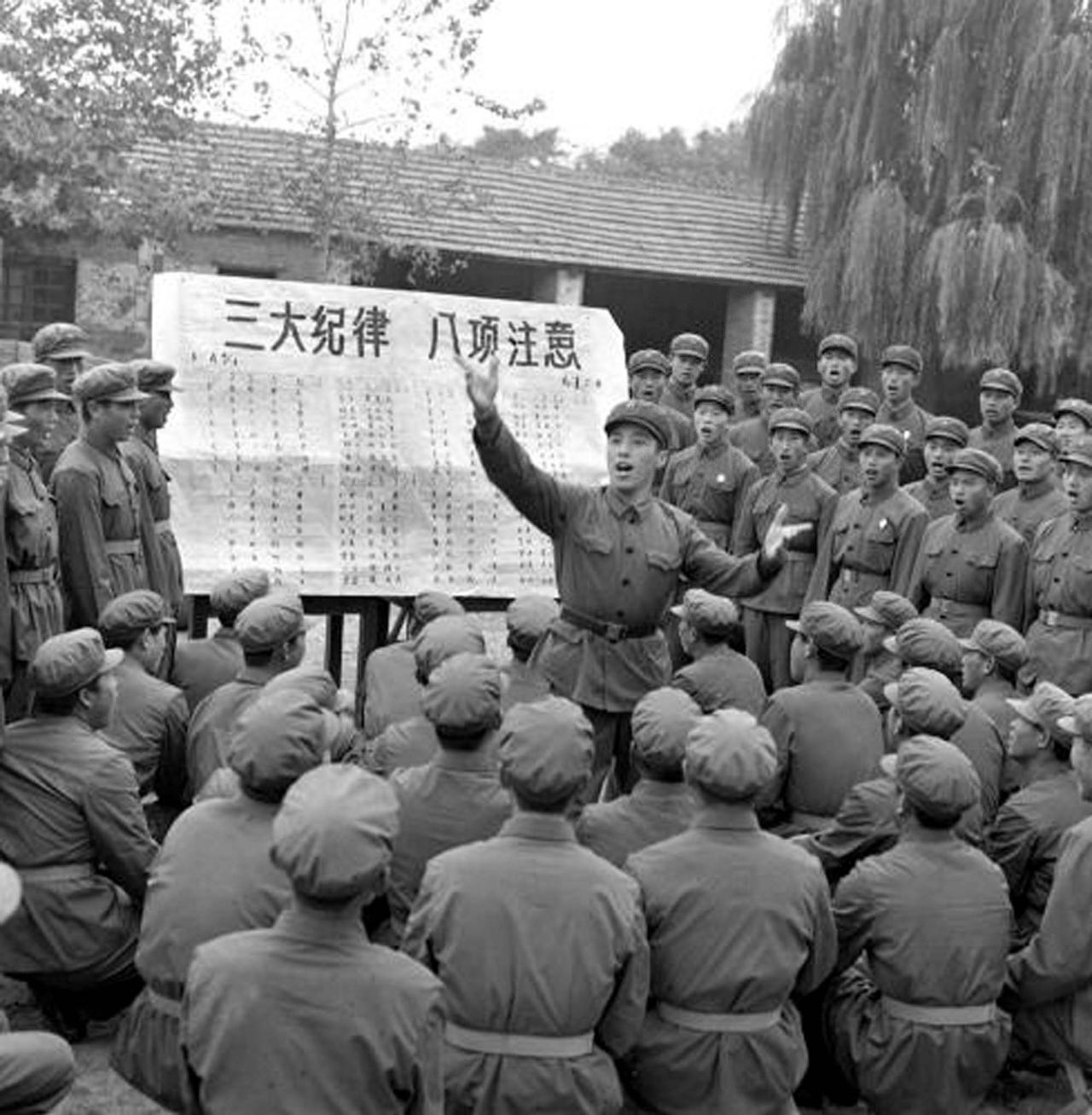 战士在演唱《三大纪律八项注意》(资料照片)