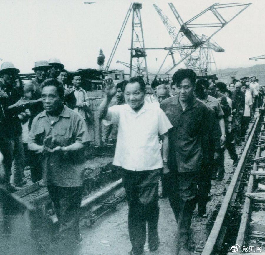 1980年7月12日,邓小平到葛洲坝水利枢纽工程视察。