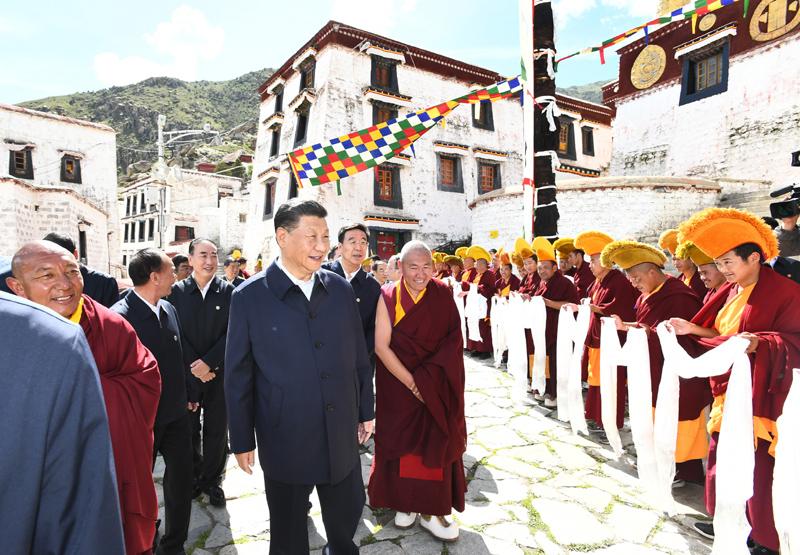 7月21日至23日,中共中央总书记、国家主席、中央军委主席习近平来到西藏,祝贺西藏和平解放70周年,看望慰问西藏各族干部群众。这是22日下午,习近平在位于拉萨西郊的哲蚌寺考察。新华社记者 谢环驰 摄