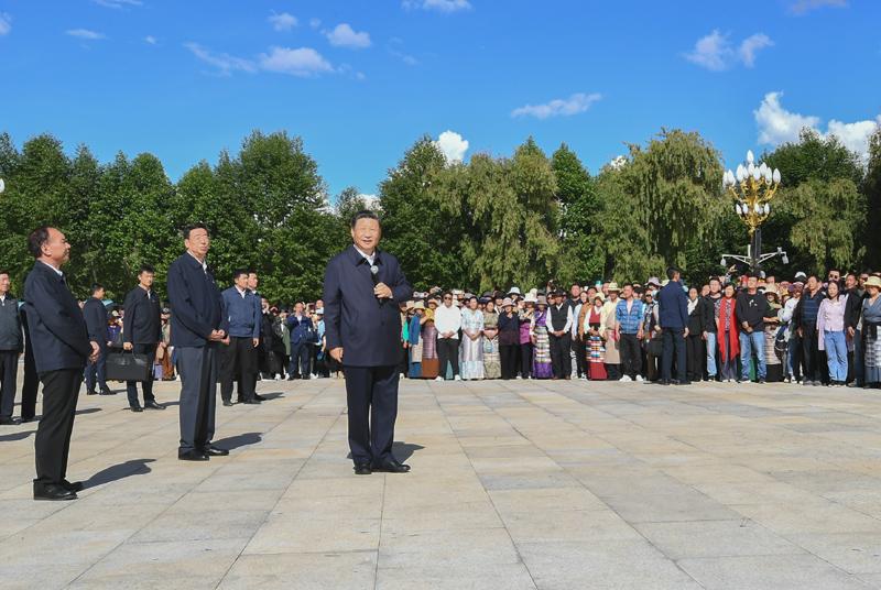 7月21日至23日,中共中央总书记、国家主席、中央军委主席习近平来到西藏,祝贺西藏和平解放70周年,看望慰问西藏各族干部群众。这是22日下午,习近平在布达拉宫广场,同游客和当地群众亲切交流。新华社记者 谢环驰 摄