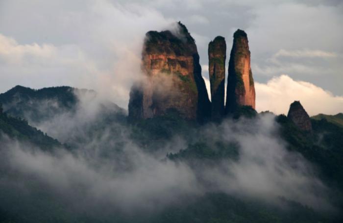 雾霭中的江郎山。王天林 摄