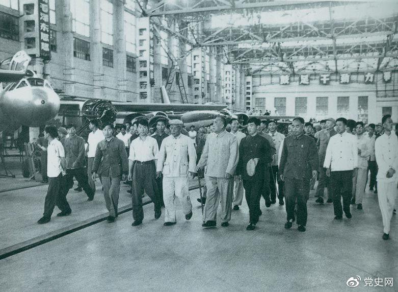1964年7月31日,朱德视察哈尔滨飞机制造厂。