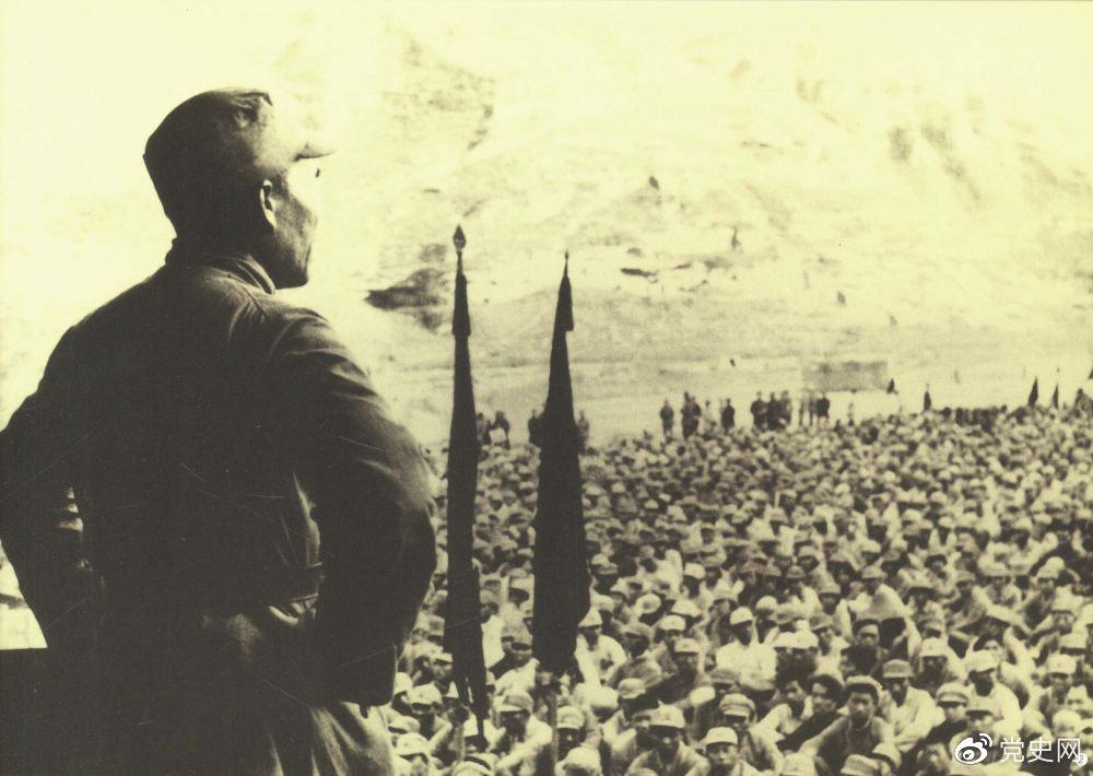 1937年8月后,朱德任中共中央军委副主席、中央军委华北军分会书记、国民革命军第八路军总指挥(后为第十八集团军总司令),指挥八路军开赴华北抗日前线。图为朱德对即将开赴前线的八路军将士讲话。