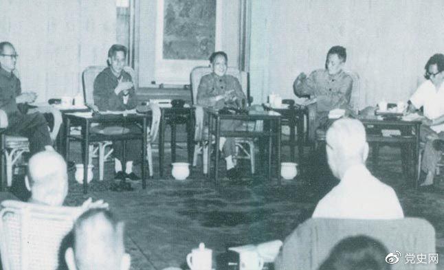 1977年8月4日—8日,邓小平主持召开科学和教育工作座谈会。