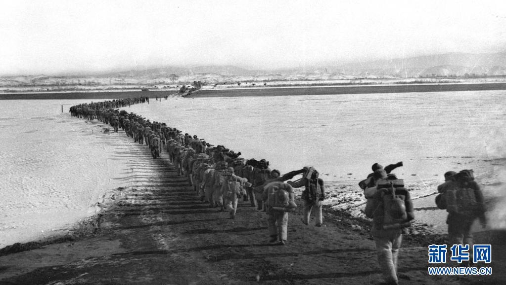 1950年10月19日,中国人民志愿军雄赳赳、气昂昂跨过鸭绿江,和朝鲜人民一道共同抗击侵略者。新华社发(黎民 摄)