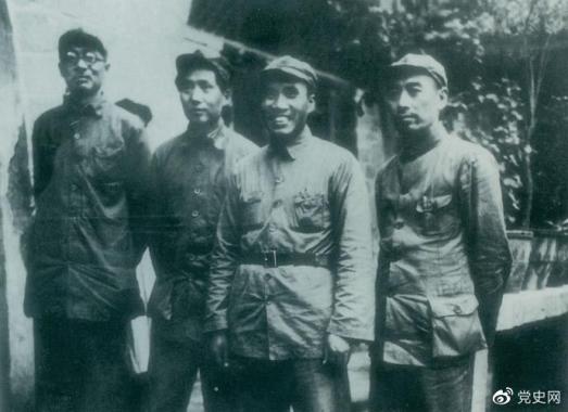 1937年8月22日至25日,中共中央在洛川冯家村举行政治局扩大会议(即洛川会议)。图为毛泽东和朱德、周恩来、林伯渠的合影。