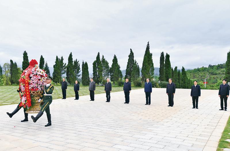 2021年4月25日至27日,中共中央总书记、国家主席、中央军委主席习近平在广西考察。这是25日上午,习近平在位于桂林市全州县的红军长征湘江战役纪念园,向湘江战役红军烈士敬献花篮。 新华社记者 谢环驰/摄
