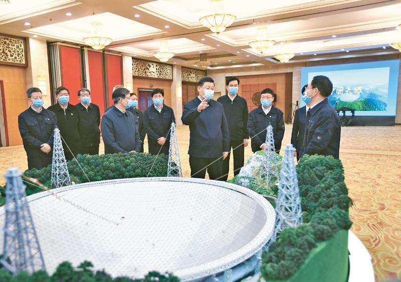 """2021年2月3日至5日,中共中央总书记、国家主席、中央军委主席习近平来到贵州考察调研,看望慰问各族干部群众,向全国各族人民致以美好的新春祝福。这是5日上午,习近平亲切会见""""中国天眼""""项目负责人和科研骨干,听取""""中国天眼""""建设历程、技术创新、国际合作等情况介绍。 新华社记者 谢环驰/摄"""